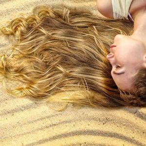 Come proteggere e curare i capelli in estate